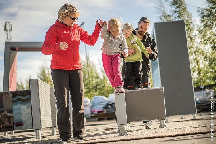 Spaß macht das Entlanglaufen und Balancieren auf den Parkour-Geräten auch schon den Kleinsten – wenngleich mit Hilfe ihrer Eltern.