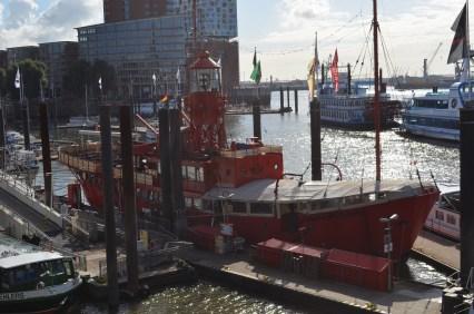 viele Museumsschiffe am Hafen
