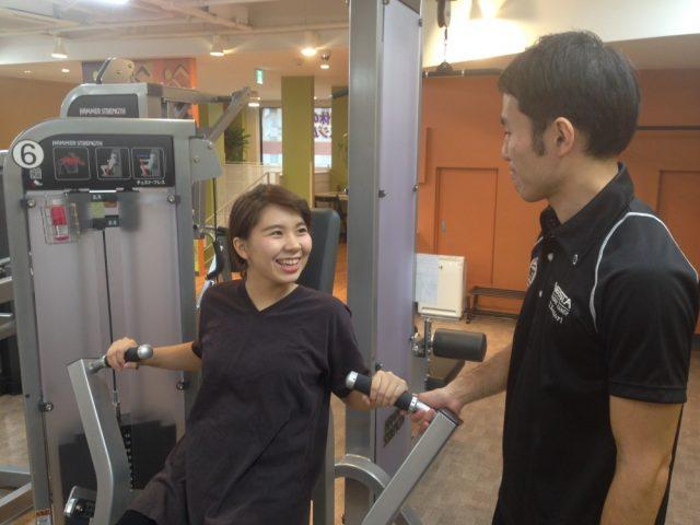 トレーニング中の女性と話す男性トレーナー