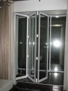 полуоткрытые двери гармошка для балкона
