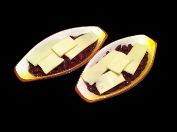 Fižol pokrit s sirom