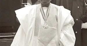 Tibou Tounkara, ambassadeur de Guinée en Europe occidentale avec siège à Paris, arrive à Londres pour présenter ses lettres de créance à Sa Majesté la Reine Elizabeth II en 1961. Il sera arrêté et torturé moins d'un an après. Source: campboiro.org
