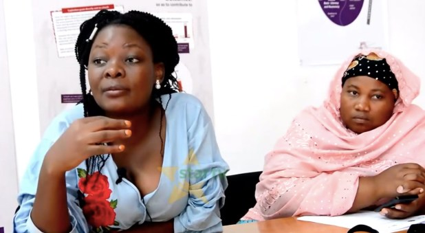 À gauche: Getrude Dyabere, responsable du bureau des femmes et des enfants du Legal Human Rights Centre, parle des problèmes juridiques liés à «teleza», des hommes armés qui auraient violé et terrorisé des femmes à Kigoma, en Tanzanie. A droite: Ramla Issa, une habitante de Kigoma, appelle le gouvernement et la police à intervenir, 8 mai 2019, capture d'écran via StarTV Youtube .