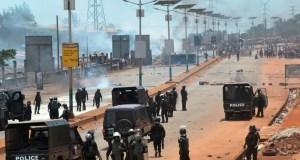 Heurts entre des protestataires et des policiers anti-émeute en Guinée, le 22 mars 2018. © 2018 Cellou Binani/AFP/Getty Images.