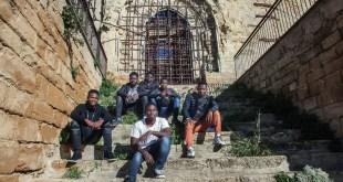 Photo : © UNICEF/Stefano De Luigi Omar (17 ans), à l'extrême droite au deuxième rang, et d'autres garçons migrants non accompagnés dans une église abandonnée en Sicile, Italie. La plupart d'entre eux ont été transférés sans choix dans ce petit village.
