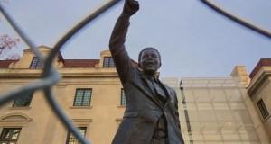 Statue de Nelson Mandela, devant l'ambassade d'Afrique du Sud, Washington, DC USA, 30 novembre 2013. Image Flickr de Ted Eytan (CC BY-SA 2.0)