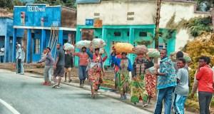 De retour du marché de Musanze, dans la province nord du Rwanda, septembre 2017. Photo par Cyril Ndegeya, reproduite avec son autorisation.