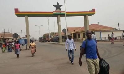 Les voyageurs traversent la frontière entre le Ghana et le Togo, en Afrique de l'Ouest, le 25 janvier 2016. Photo par Enock4seth via Wikimedia Commons, sous licence CC BY-SA 4.0.
