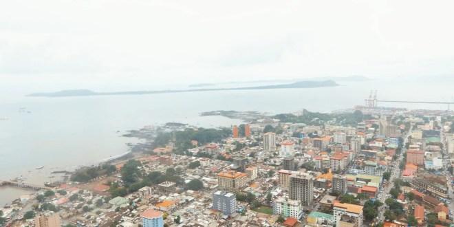 https://commons.wikimedia.org/wiki/File:Un_aper%C3%A7u_de_la_ville_de_conakry.jpg#/media/Fichier:Un_aperçu_de_la_ville_de_conakry.jpg