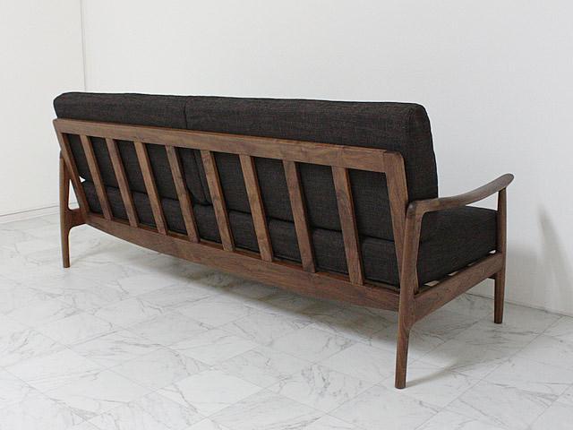 背面からの姿も美しいソファ