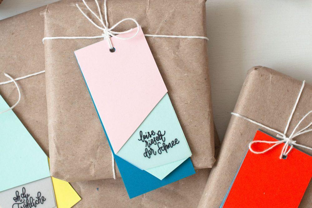 Weihnachtsgeschenke mit bunten DIY Geschenkanhänger