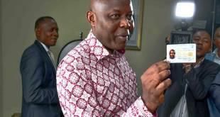 Vital Kamerhe, accuse en rdc pour détournement de fonds publics et corruption aggravé, présente sa carte d'électeur.