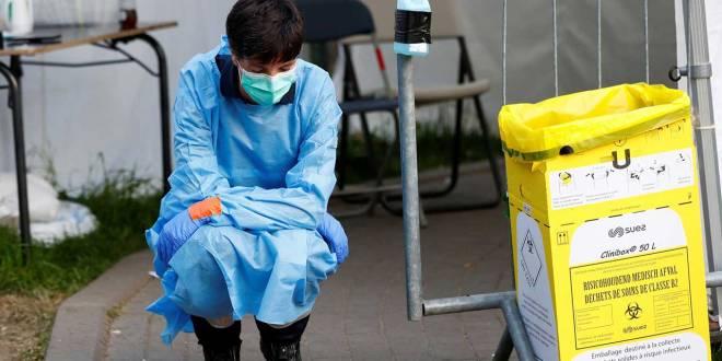 Covid-19 en belge, une femme en tenue d'infirmière.