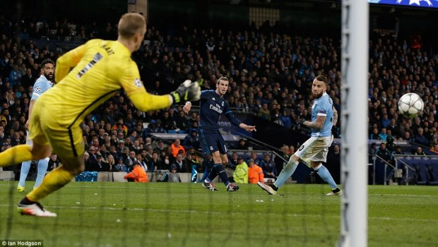 339027f000000578-3560110-real_madrid_forward_gareth_bale_watches_on_as_his_left_footed_st-a-75_1461702833626
