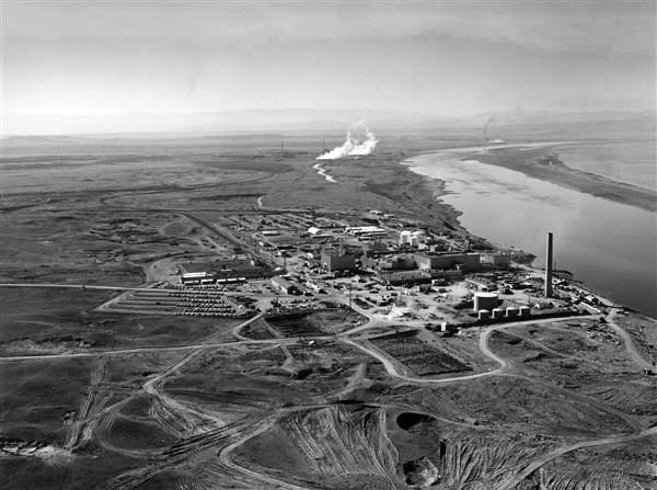 Nuclear reactors at the Hanford Site in January 1960.jpg
