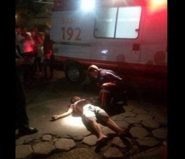 Paramedic attends to a  victim of the in the riots in Espírito Santo.jpg