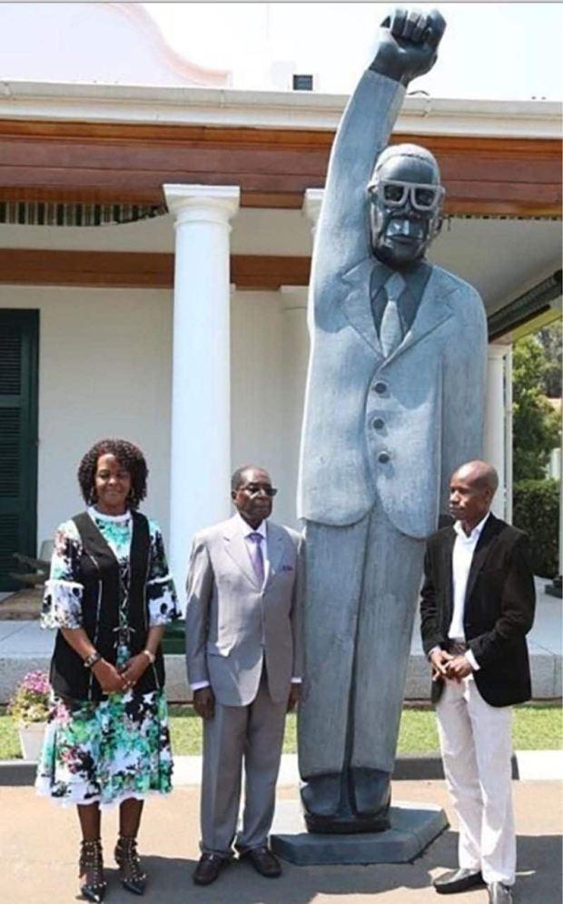 Robert Mugabe unveils a new statue of himself4.jpg