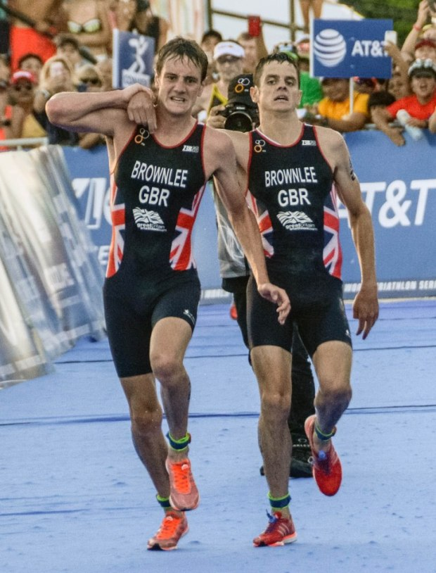 Alistair Brownlee helps brother Jonny over the line in triathlon2.jpg