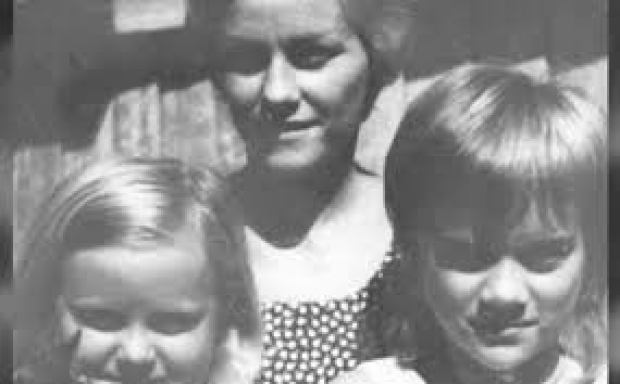 Barbara McCulkin and her daughters Vicky and Leanne2.jpg