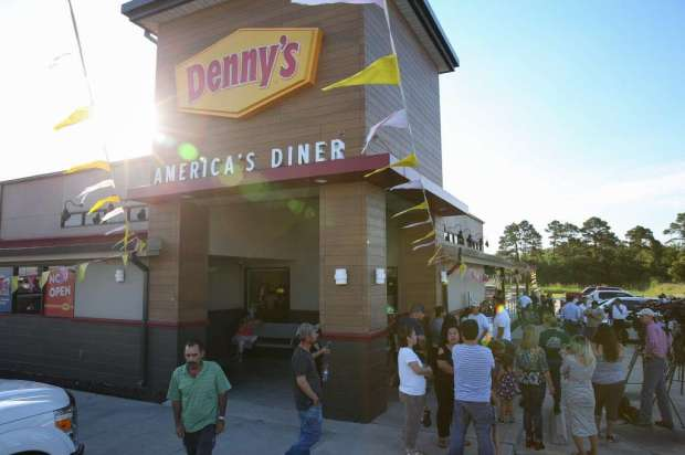 Crowd outside the Denny's where Johnny Hernandez was choked4