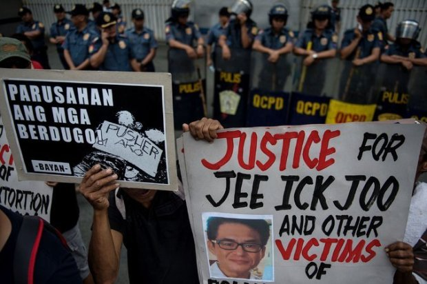 Activists outside the headquarters of the Philippine National Police in Manila in the death of Jee Ick-joo 1.jpg
