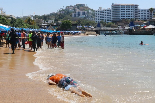 Body on Acapulco beach 1.jpg