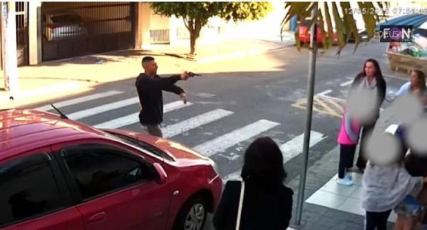 Elivelton Neves Moreira approaches, gun held out.JPG