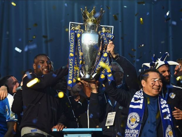 Vichei Srivaddhanaprabha with Leicester FC captain Wes Morgan celebrate winning the 2016 premier division title.JPG