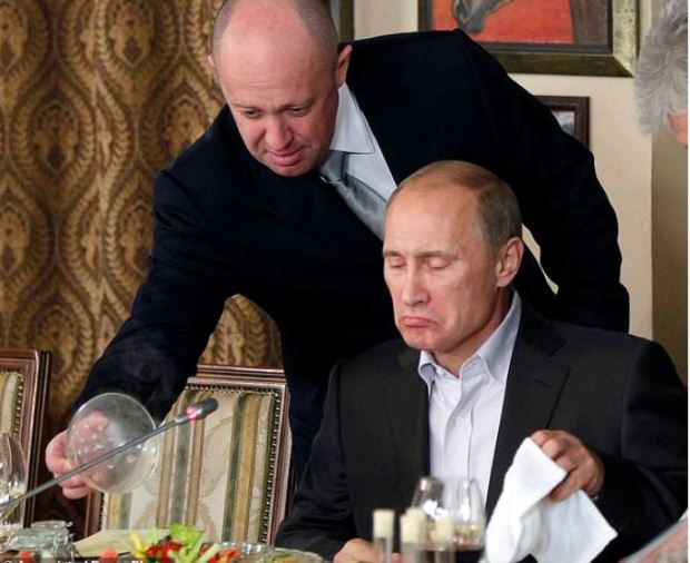 Yevgeny Prigozhin, left, serves food to Russian Prime Minister Vladimir Putin 2.JPG