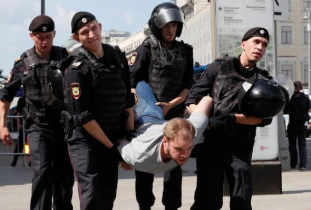 police batter protesters in Moscow 9