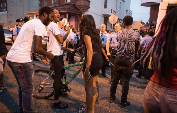Philadelphia crowd harrasses police after six officers were injured during Sept 14 shooting 2