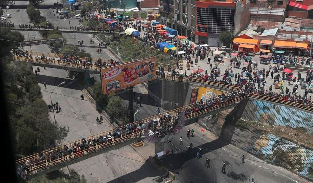 Supporters of Evo Morales stand on pedestrian bridges, blocking road that connects La Paz and El Alto 1