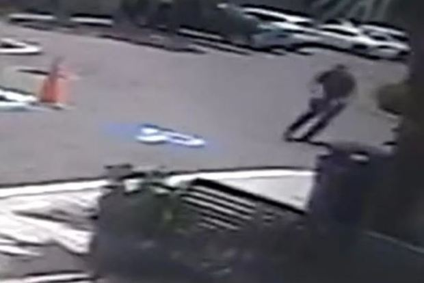 Armed cop running to the scene where a woman attcked a police officer with a knife in Florida