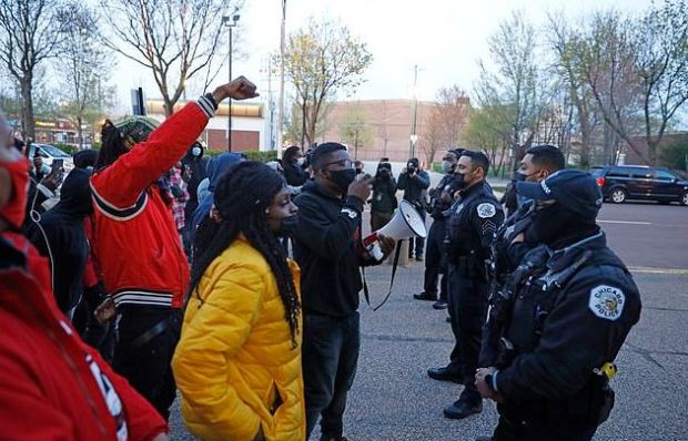 This image has an empty alt attribute; its file name is Peaceful-protest-Wednesday-in-down-town-Chicago-ahead-of-city-releasing-the-video-of-Adam-Toledos-shooting-4.jpg