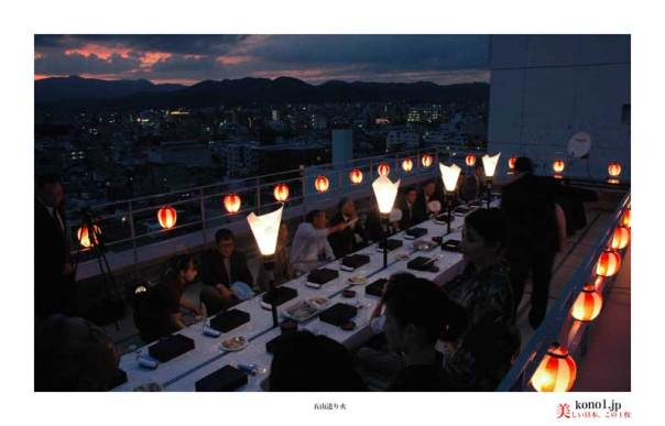 ビルオーナーの多くが、ビル屋上で「五山送り火」鑑賞会を開催する