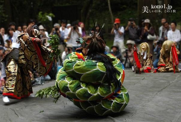 京都 貴船神社 貴船祭 奥宮 神輿 ヤマタノオロチ退治神話を再現した出雲神楽 神石「船形石」千度詣り