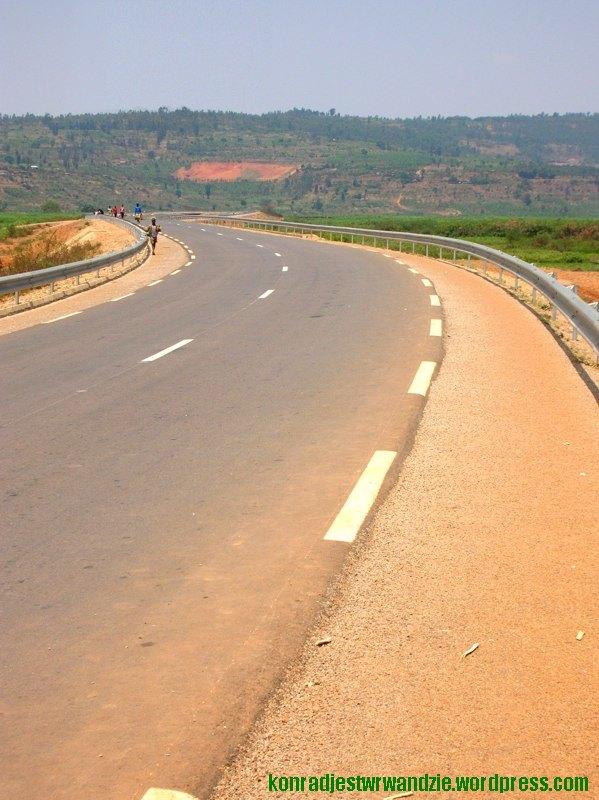Obecnie przez dolinę przebiega asfaltowa droga ciągnąca się od Kigali aż do granicy z Burundi. Jeszcze pięć mięsiecy temu jej nie  było.