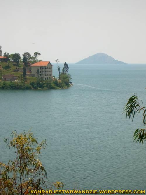 Kolejny z hoteli. Przy okazji widać już ogrom jeziora Kiwu. Na horyzoncie wystający z wody wulkan.