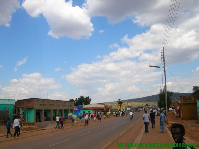 Niemal wszyscy mieszkańcy Nyamata idą w tym samym kierunku. To marsz na wiec wyborczy FPR.