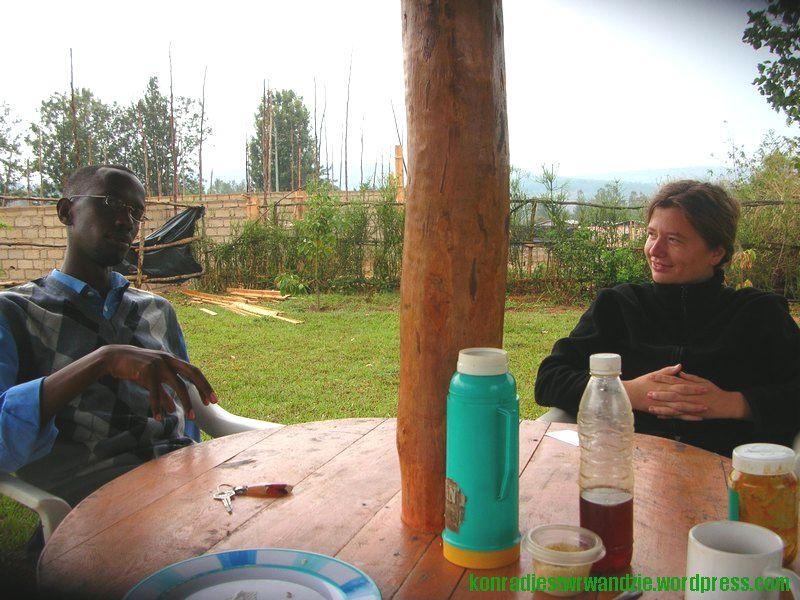 Paul i Ola omawiają dalekośiężne plany przejęcia sektora ICT w Rwandzie, a potem na cały świecie. Tylko w przeciągu kilku minut tej rozmowy notowania akcji spółek informatycznych na nowojorskiej giełdzie spadły o 3 punkty.