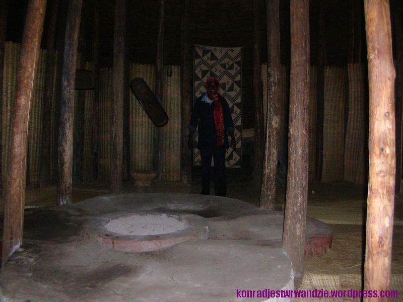 A oto i sama sala obrad. W tle za przewodniczką widać drzwi do komnaty królewskiej.