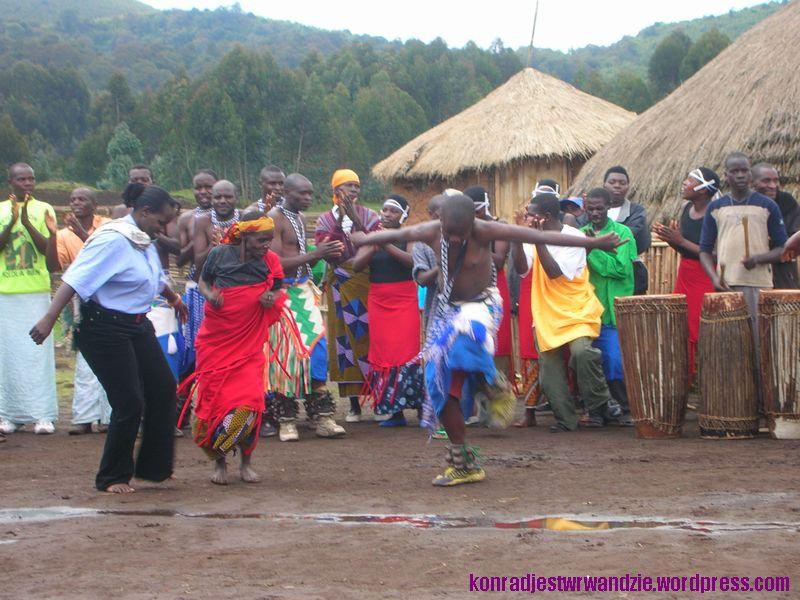 W miedzy czasie do tańca dołączały dzieci i kobiety. Fajnie było