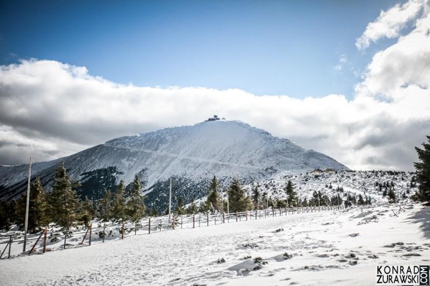 Zimowa sesja ślubna - w drodze na Śnieżkę | fotograf na zimową sesję ślubną - Konrad Żurawski