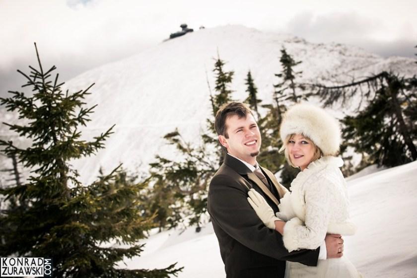 Para Młoda w zimowej scenerii z widokiem na Śnieżkę - Konrad Żurawski