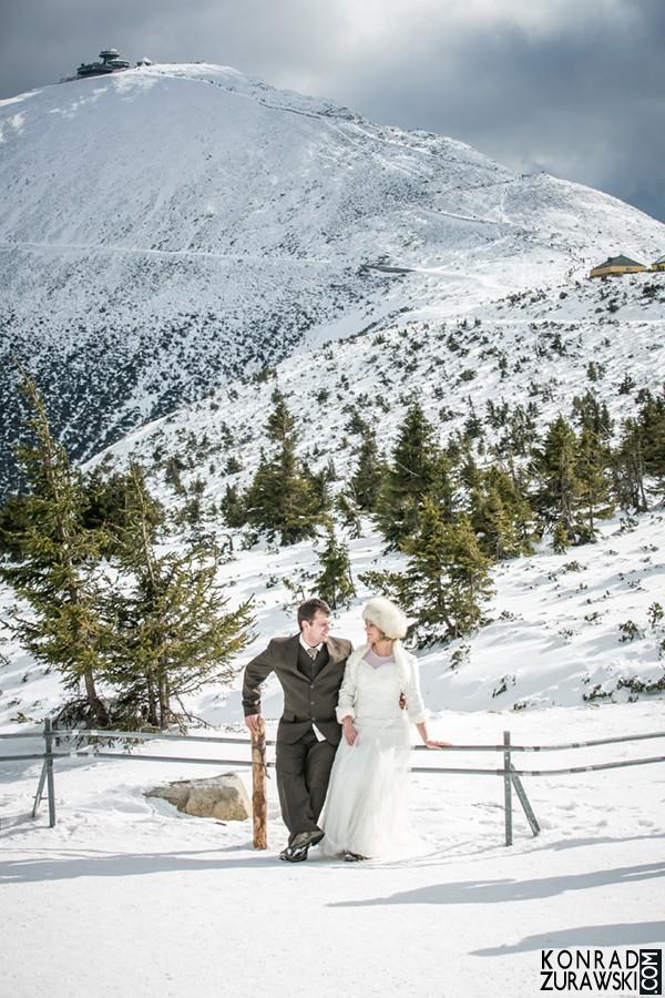 A gdyby mieć takie widoki na co dzień... Śnieżka idealnym miejscem na zimową sesję ślubną | Konrad Żurawski