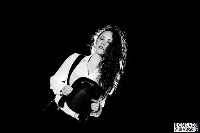 Czarno-białe zdjęcie Joanny podczas sesji biznesowej | Konrad Żurawski