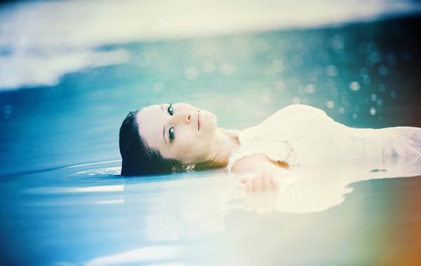 Fotografia ślubna Jelenia Góra sesja zdjęciowa w wodzie
