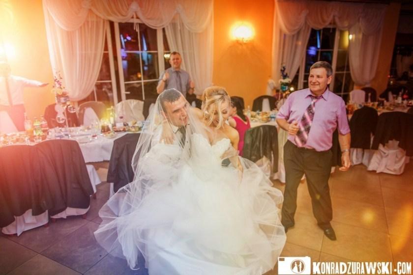 Rozchwytywana panna młoda na weselu. Fotograf ślubny Jelenia Góra - Konrad Żurawski