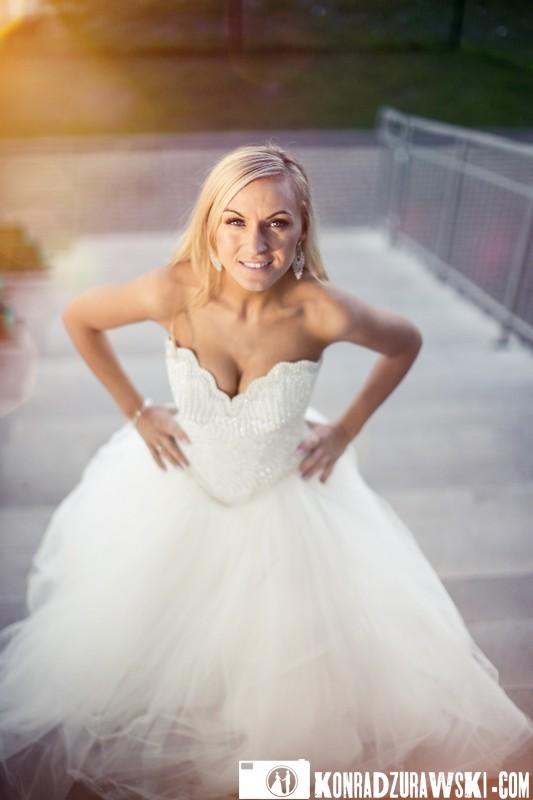 Urzekająca panna młoda - Adrianna podczas sesji ślubnej na stadionie. Fotograf ślubny Jelenia Góra - Konrad Żurawski