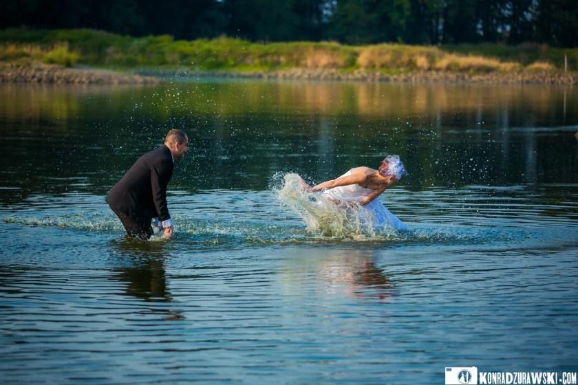 Nowożeńcy, jak dzieci - czyli najlepsza zabawa w wodzie | Fotograf Konrad Żurawski